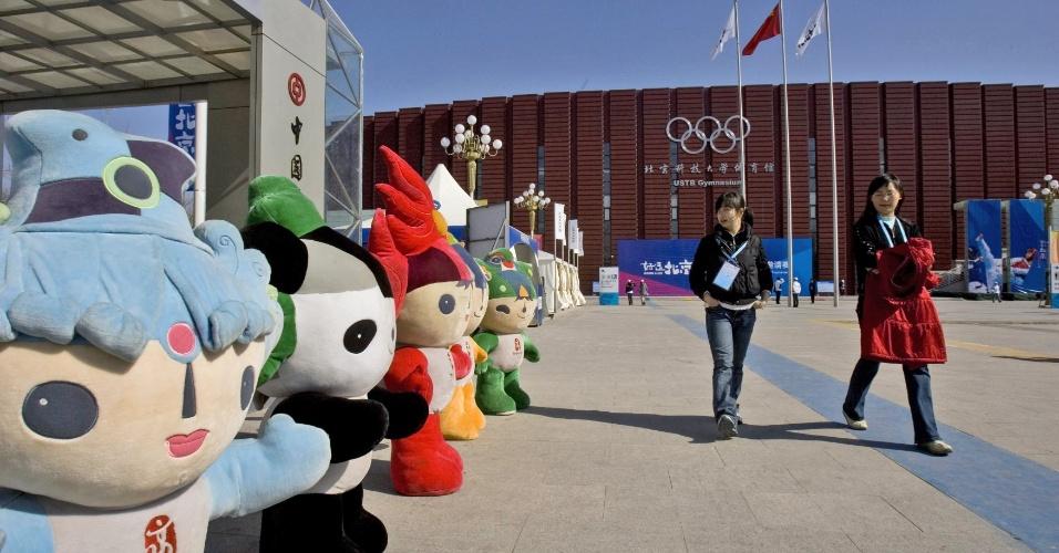 Mascotes dos Jogos de Pequim em frente ao ginásio abrigava o taekwondo durante a Olimpíada.
