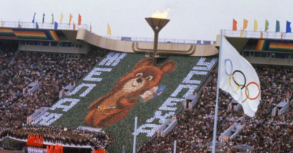 O ursinho Misha é mostrado ao mundo na cerimônia de abertura dos Jogos Olímpicos de Moscou, no estádio Lênin, em 1980.
