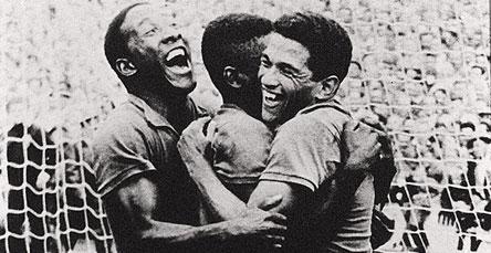 Garrincha e Djalma Santos abraçam Pelé após gol durante a Copa da Suécia 15a492f247bf8