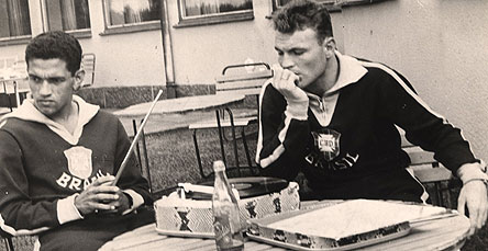 Garrincha e Mazzola escutam música em toca-disco portátil na concentração