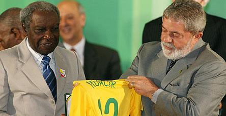 Moacir recebe de Lula camiseta da seleção com seu nome e medalha