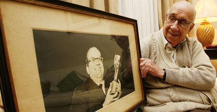 O filho de Paulo Machado de Carvalho mostra foto de seu pai com a taça
