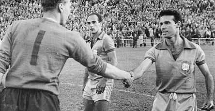 Observado por Dino Sani, Zagallo cumprimenta o goleiro inglês McDonald