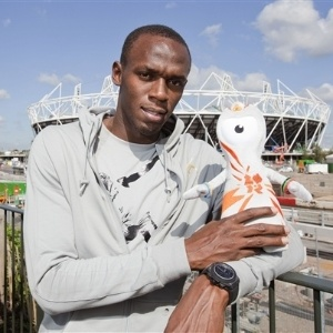 Usain Bolt posa com boneco do mascote Wenlock.