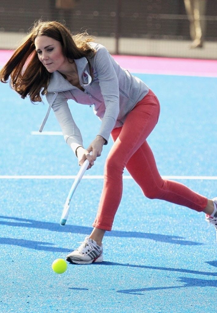 Kate Middleton, duquesa de Cambridge e esposa do príncipe William, do Reino Unido, aproveitou a visita ao parque olímpico de Londres para jogar hóquei com as integrantes da seleção feminina britânica