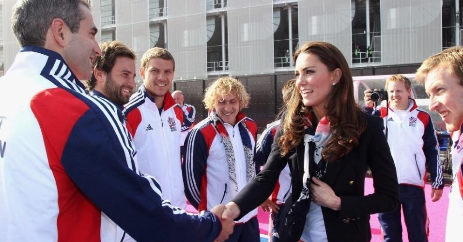 Kate Middleton, duquesa de Cambridge e esposa do príncipe William, do Reino Unido, cumprimenta membros da comissão técnica do time de hóquei sobre a grama feminino