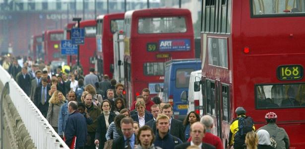 Pessoas atravessam a pé a ponte Waterloo, em Londres, na Inglaterra