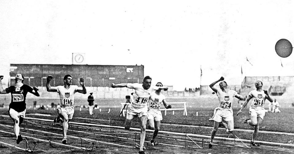 Chegada da final dos 100 m dos Jogos Olímpicos de Paris-1924, vencida pelo britânico Harold Abrahams